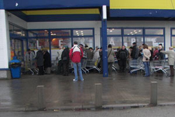 Kupujúci neváhajú čakať pred obchodom aj hodinu len aby dostali lacnejší tovar.