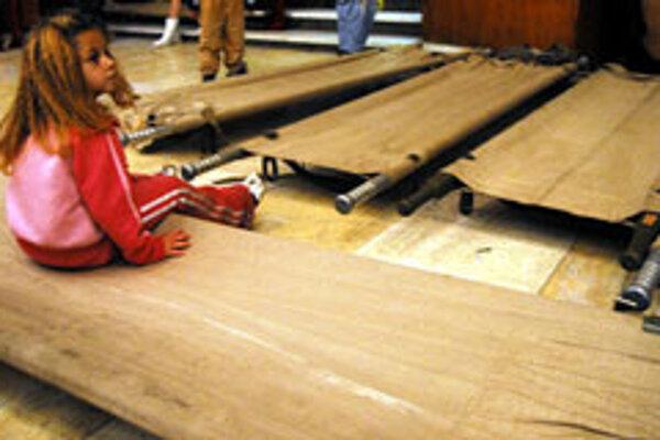Dieťa pri poľných posteliach v evakuačnom centre, ktoré zriadil zvolenský krízový štáb v spoločenskej hale študentského internátu v centre mesta pre vyše dvesto ľudí zo zaplavenej bytovky. Sociálne slabých obyvateľov domu v lokalite Pod Pustým hradom,
