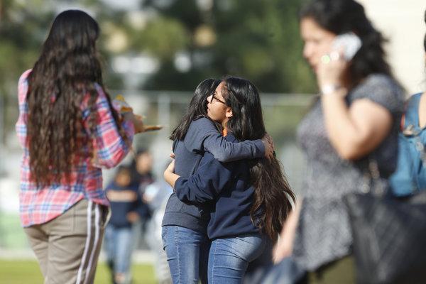Študenti sa objímajú po incidente na strednej škole Salvadora B. Castra v Los Angeles.