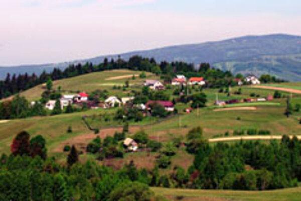 Obec tvorí niekoľko osád: Vrch Dobroč, Bratkovica, Komárno-Ľuľovka, Žabica, Brnovka... V súčasnosti má 740 obyvateľov.