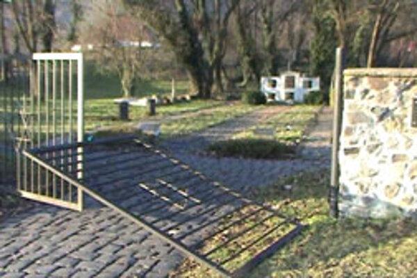 Vandali vytrhli vstupnú bránu z pántov.