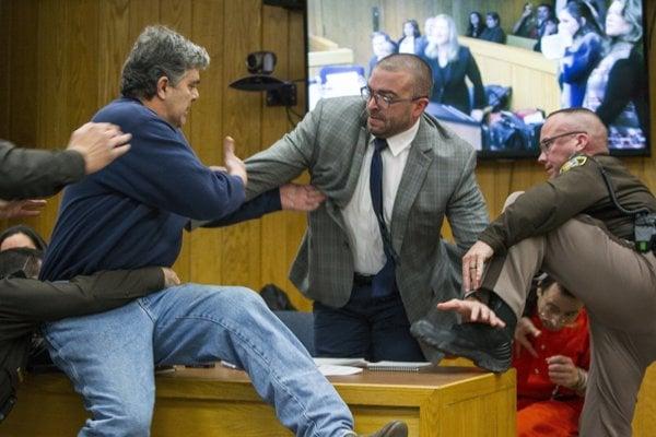 Randall Margraves (vľavo) sa snaží napadnúť Larryho Nassara.