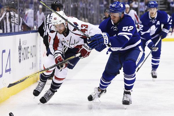 Martin Marinčin (vpravo) bojuje v AHL o to, aby sa vrátil späť do NHL do tímu Toronto Maple Leafs.