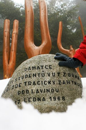 Pamätník obetiam lavínam zo 17. januára 1968 na Kubínskej holi.