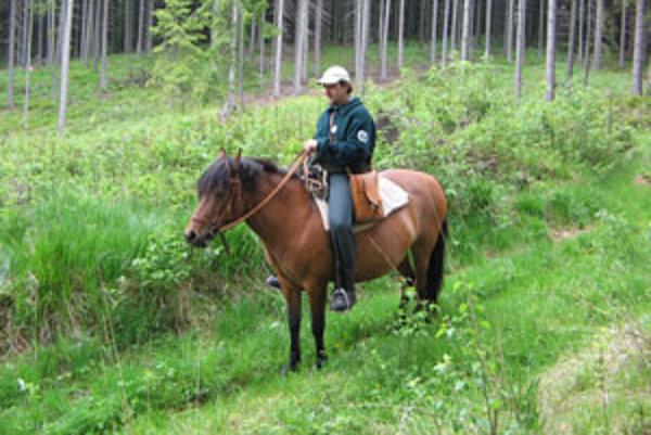 Na Poľane môžete stretnúť aj strážcu na koni.