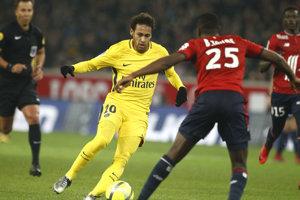Hráč PSG Neymar kontroluje loptu v zápase na ihrisku Lille.