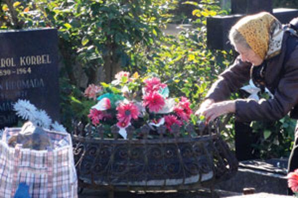 Ľudia prišli hroby upratať a vyzdobiť už počas pracovných dní.