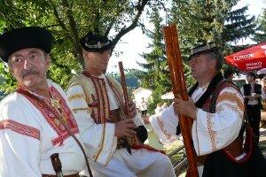 Fujaristi si krátili čas pred vystúpením hudbou a spevom.
