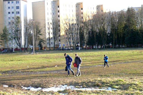 V Košútoch by si ľudia želali chodník, ktorý by spojil jednu časť sídliska s druhou.