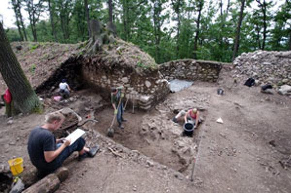 Nadšenci histórie pri odkrývaní hlavnej brány na dolnom hrade.
