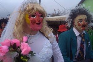 Fašiangový sprievod v Gbeľanoch pripomína svadbu.