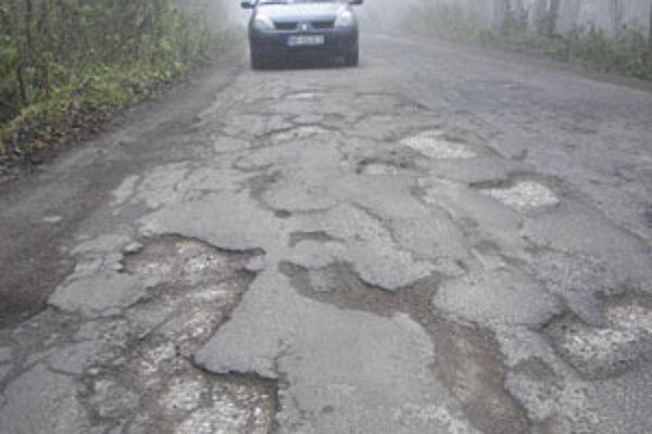 Cesta v Sekierskej doline je samá diera.