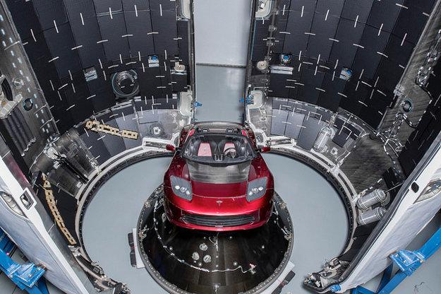 Náklad prvej misie rakety Falcon heavy je červená Tesla Roadster.