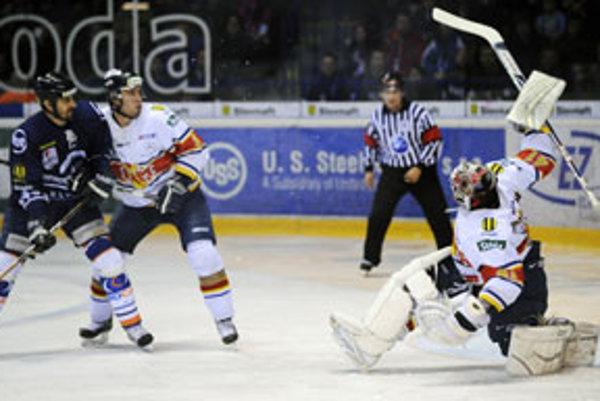 Peter Bartoš z Košíc a Juraj Cebák zo Zvolena v 2. semifinálovom zápase HC Košice - HKM Zvolen play off hokejovej Slovnaft extraligy.