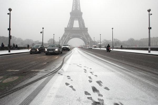 Pre sneh uzavreli aj Eiffelovu vežu.