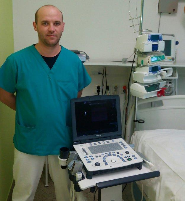 Doktor Igor Slabák, primár z OAIM Nemocnice Levice, s novým prístrojovým vybavením.