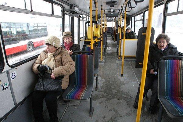 Zlodej sa k peňaženke mohol dostať aj v autobuse.
