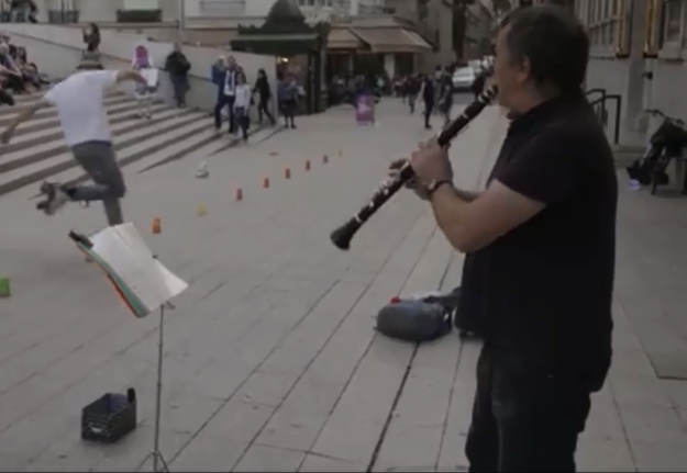 Pouličný muzikant Jozef emigroval zo Slovenska ešte za čias Československa. Na jednej štácii pôsobí už tridsať rokov. Je hrabalovsky krásnou postavičkou Paríža.