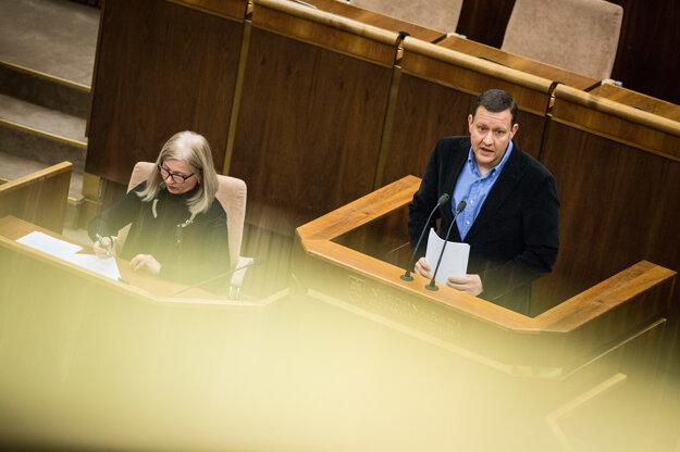 Daniel Lipšic počas rozpravy v parlamente.