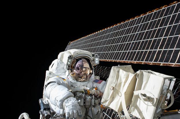 Astronaut pracuje mimo Medzinárodnej vesmírnej stanice počas druhého výstupu do vesmíru 6. novembra 2015.