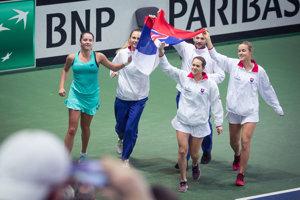 Slovenský tím sa raduje z víťazstva.