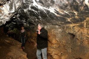 Starosta obce Dušan Pacalaj nám ukazuje zákutia jaskyne.