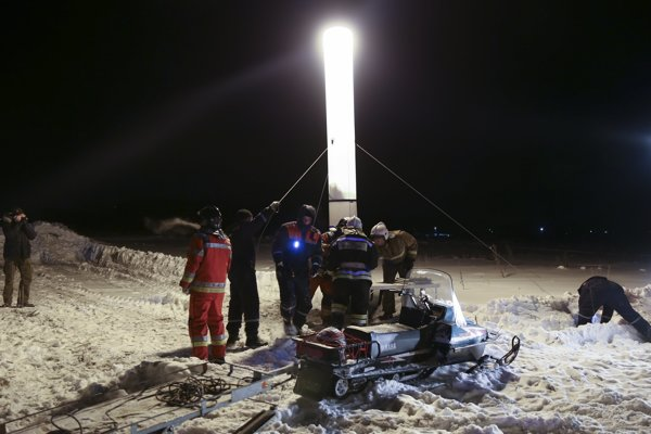 Členovia záchranných zložiek zasahujú na mieste havárie dopravného lietadla An-148 spoločnosti Saratovské aerolínie neďaleko dediny Stepanovskoje juhovýchodne od Moskvy.