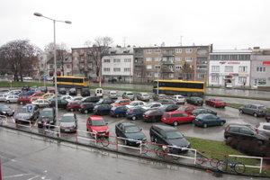 Parkovisko pred železničnou stanicou v Trnave.