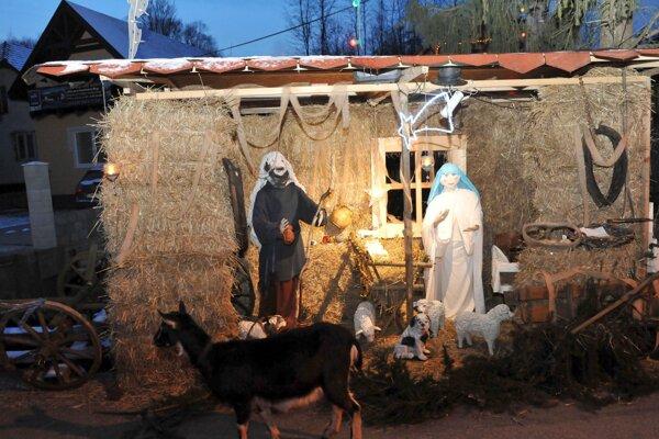 Pred rokom postavil Jozef Bito v Mojšovej Lúčke pri Žiline slamený Betlehem. Ľudia zo širokého okolia si pri ňom zahrali na hudobných nástrojoch a spievali koledy.