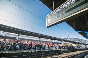 Cestujúci na bratislavskej hlavnej stanici.