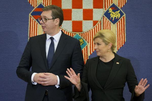 Srbský prezident Vučič (vľavo) s chorvátskou prezidentkou Kolindou Grabarovou-Kitarovičovou.