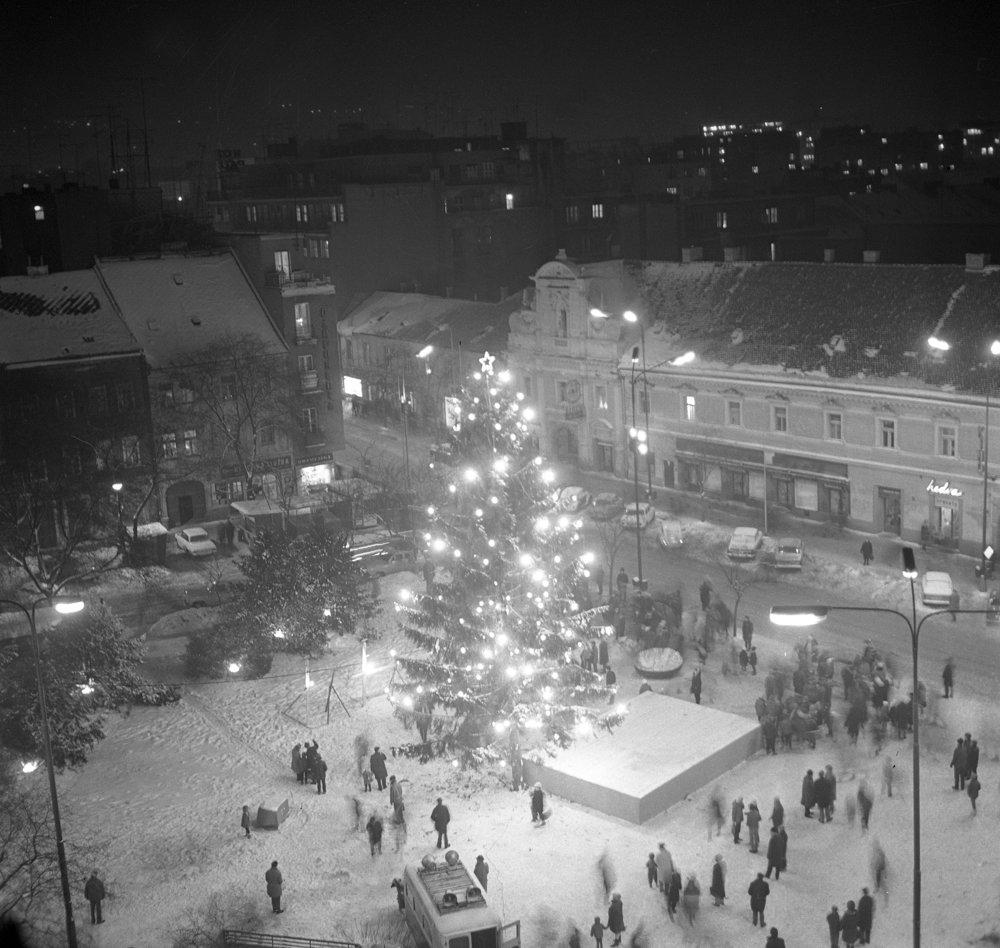 Vianočný stromček na Námestí SNP v Bratislave 19. decembra 1969.