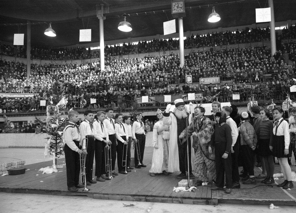 Tisíce pionierov z bratislavských škôl vítajú Deda Mráza na zimnom štadióne v Bratislave 20. decembra 1959.