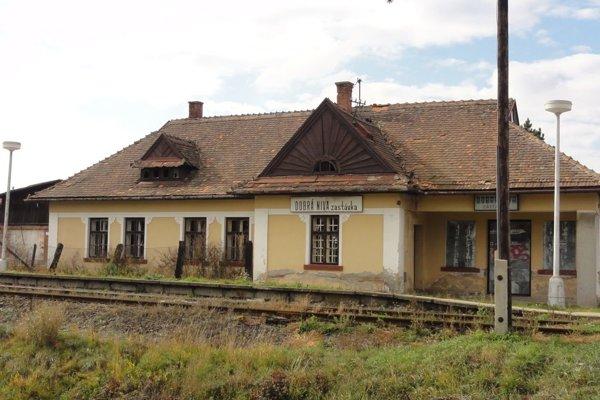 Dobrá Niva má dve železničné stanice.