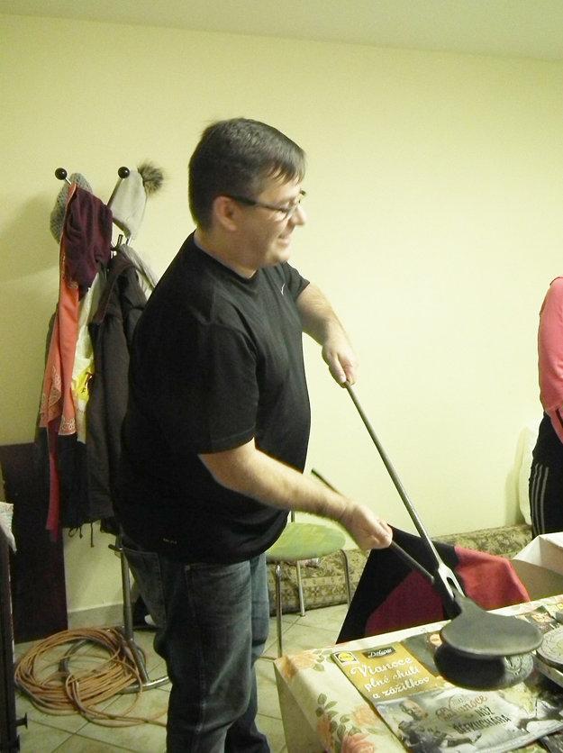 Ivan Kňaze ukazuje staré železá na pečenie oblátok.