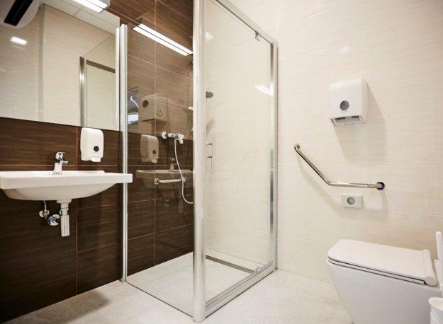 Sprcha s toaletou. Objavili sa dokonca správy, že sa v nich umyli návštevy.