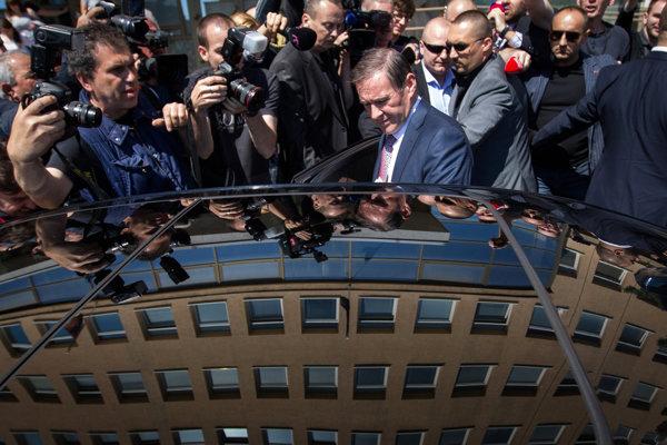 Juraj Široký odchádza z výsluchu na polícii. 7. 5. 2015, Bratislava)