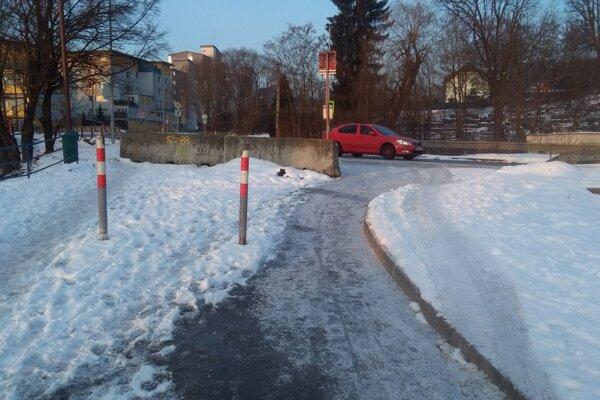 Betónová zábrana i stĺpiky. Napriek tomu si vodiči skracuju cestu cez nový chodník.