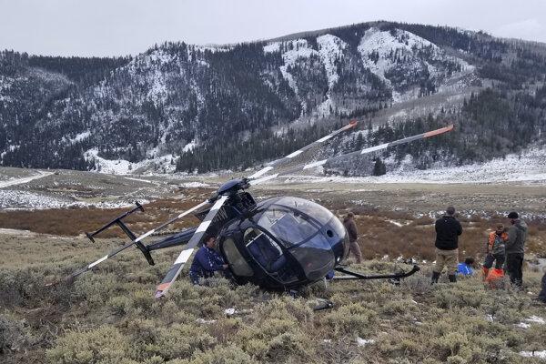 Posádka vrtuľníka sa pokúšala v horách na východe amerického štátu Utah chytiť losa do siete.