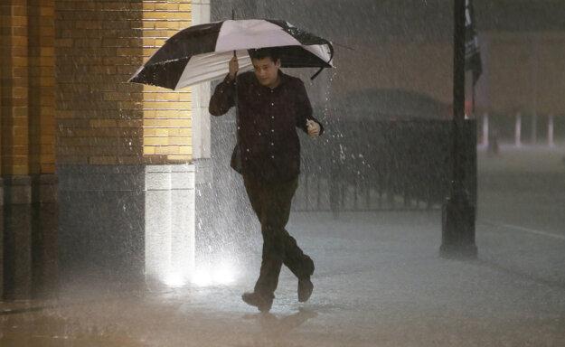 Muž uteká pred búrkou v texaskom Dallase.