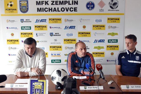 Zľava člen predstavenstva klubu MFK Zemplín Michalovce Ján Sabol, tréner Anton Šoltis a hráč Igor Zofčák.