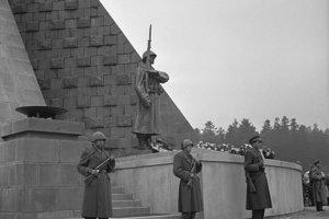 Na archívnej snímke zo 4. októbra 1949 slávnostné odhalenie pamätníka a otvorenie národného cintorína v Duklianskom priesmyku.