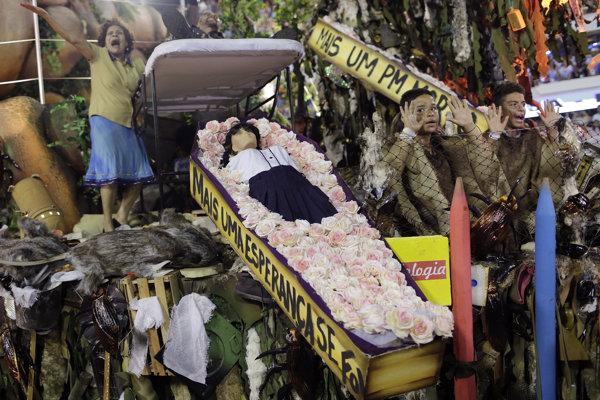 Maketa zastreleného dieťaťa mala na karnevale ukázať brazílsku realitu.