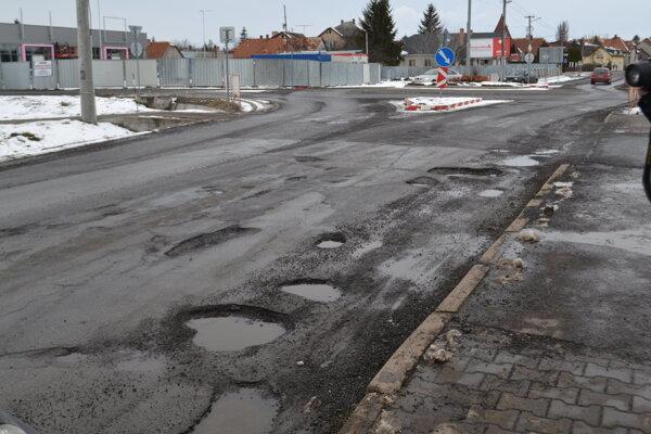 Cesta medzi Fiľakovom a Biskupicami je v katastrofálnom stave.