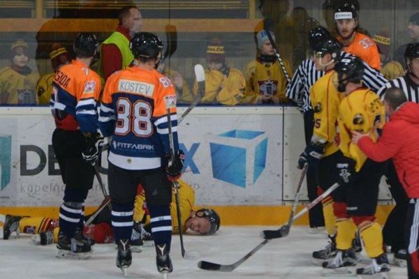 Podstavek po zákernom faule zostal ležať na ľade. Zo zápasu putoval priamo do nemocnice.