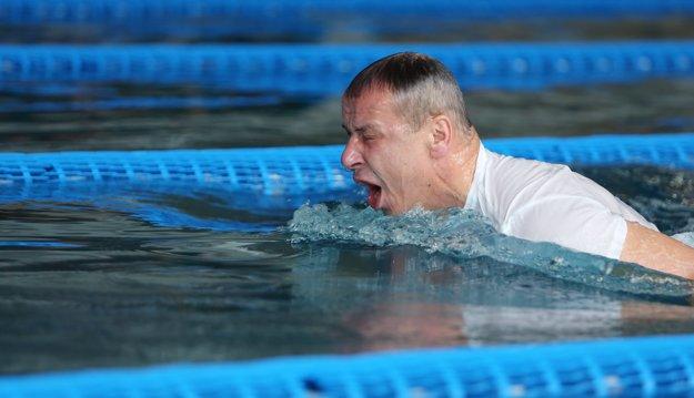 Primátor Ján Nosko išiel do bazéna s tým, že prekoná vlaňajší rekord.