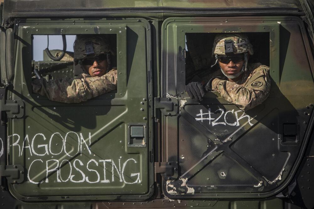 Jazdci amerického konvoja na hraničnom priechode vJarovciach.