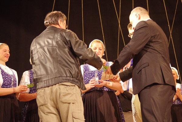 Nové CD uviedli do života vodou z troch potokov. Krstnými otcami boli dlhoročný folklorista Vladimír Hluchý a primátor mesta Karol Janas.