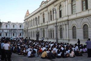 Študenti pred budovou školy v meste Veracruz.