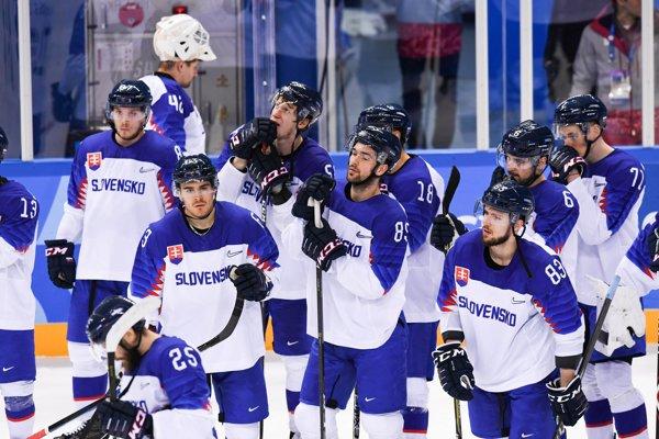Sklamaní slovenskí hokejisti po prehre so Slovinskom.